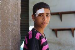 Porträt eines armen Jungen in der Straße in Giseh, Ägypten stockfoto