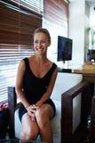Porträt eines attraktiven Frauenunternehmers mit dem schönen Lächeln, das Sitzung mit ihren Teilhabern hat Stockbild
