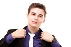 Porträt eines attraktiven jungen Geschäftsmannes, der sein jacke korrigiert Stockfotografie