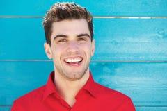 Porträt eines attraktiven jungen Mannes, der draußen lächelt Stockfoto