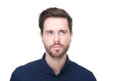 Porträt eines attraktiven jungen Mannes mit dem Bart, der oben schaut Lizenzfreies Stockbild