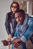Porträt eines attraktiven stilvollen Paares Afro-amerikanischer Kerl w stockbilder