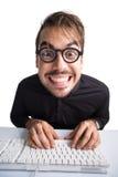 Porträt eines aufgeregten Geschäftsmannes unter Verwendung des Computers Stockbild