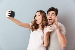 Porträt eines aufgeregten jungen Paares Lizenzfreies Stockfoto