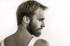 Porträt eines bärtigen Mannes im Profil an der Hälfte Drehung Stockfotos