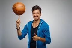 Porträt eines Basketball-Spielers des jungen Mannes Lizenzfreie Stockfotografie