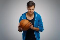 Porträt eines Basketball-Spielers des jungen Mannes Lizenzfreies Stockfoto