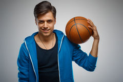 Porträt eines Basketball-Spielers des jungen Mannes Stockfoto