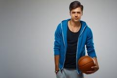 Porträt eines Basketball-Spielers des jungen Mannes Stockfotos