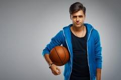 Porträt eines Basketball-Spielers des jungen Mannes Lizenzfreie Stockfotos