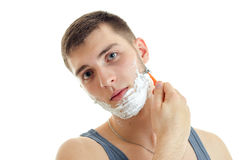 Porträt eines bemerkenswerten jungen Mannes mit Schaum auf seinem Gesicht, das Kopf kippte und Nahaufnahme rasierte Stockbilder
