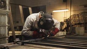 Porträt eines Berufsmeisters, der im Schweißen in einer Werkstatt sich engagiert stock video