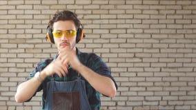 Porträt eines Berufstischlers in seiner Werkstatt stock video footage