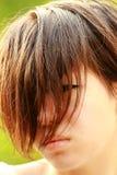 Porträt eines beunruhigten Koreaners, unten schauend Stockbild
