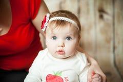 Porträt eines blauäugigen 6-Monats-Babys Lizenzfreie Stockfotografie