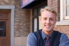 Porträt eines blonden jungen Mannes draußen Stockbilder