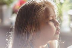 Porträt eines blonden Mädchens in einem Raum lizenzfreie stockfotografie