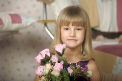 Porträt eines blonden Mädchens mit Rosen stockfotografie