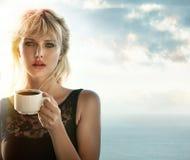 Porträt eines blonden trinkenden Kaffees draußen stockfoto