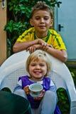 Porträt eines Bruders und der Schwester, des Studenten und des Babys lizenzfreie stockfotos