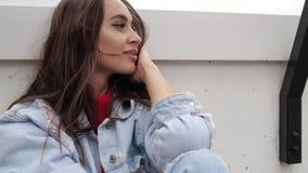 Porträt eines Brunette nahe der Wand stock video