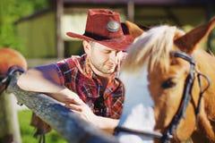 Porträt eines Cowboys auf dem Bauernhof lizenzfreie stockfotos