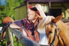 Porträt eines Cowboys auf dem Bauernhof stockbilder