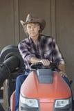 Porträt eines Cowboys, der Gebrauchsfahrzeug fährt Stockfotografie