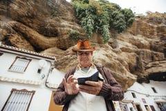 Porträt eines Cowboys, der mit seinem Telefon spielt Stockfotografie