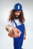 Porträt eines dünnen Handwerkers, der blaue Uniform trägt lizenzfreies stockbild
