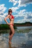 Porträt eines dünnen Mädchens nahe See lizenzfreie stockfotografie