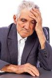 Porträt eines durchdachten alten Mannes Lizenzfreie Stockbilder