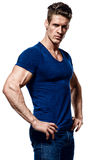 Porträt eines Eignungsmannes im blauen Hemd und in den Jeans Lizenzfreie Stockfotografie