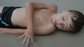 Porträt eines ein traurigen kleinen Jungen stock footage
