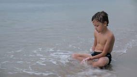Porträt eines ein traurigen kleinen Jungen stock video