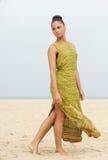 Porträt eines eleganten Mode-Modells, das am Strand geht lizenzfreies stockfoto