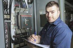 Porträt eines Elektrikers in einem Raum lizenzfreie stockfotografie