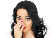 Porträt eines emotionalen entmutigten traurigen jungen hispanischen Frauen-Abwischens zerreißt weg Lizenzfreies Stockfoto