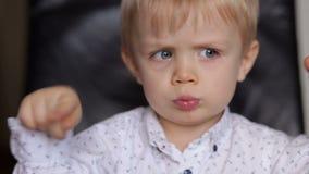 Porträt eines emotionalen Jungen mit drei Jährigen stock video