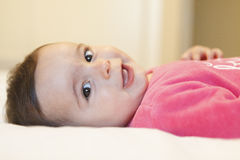 Porträt eines entzückenden Babys, das mit netten Backen lächelt Stockbild