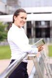 Porträt eines erfolgreichen Geschäftsfraulächelns Schöne junge weibliche Exekutive Lizenzfreie Stockfotos