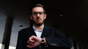 Porträt eines erfolgreichen jungen Managers in einer klassischen Klage Warten auf ein wichtiges Geschäftstreffen, für das Unterze stock video