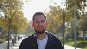 Porträt eines erfolgreichen jungen touristischen Mannstudentenoffiziers, Manager nach der Arbeit, ein öffentlicher Ort, Blicke in stock footage