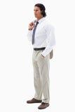 Porträt eines ernsten Büroangestellten, der seine Jacke über seinem hält Stockbild