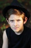 Porträt eines ernsten Jungen in einem schwarzen Hut Lizenzfreies Stockfoto