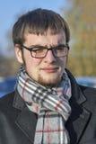 Porträt eines ernsten jungen Mannes in der Herbstkleidung Lizenzfreies Stockbild