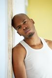 Porträt eines ernsten jungen schwarzen Mannes stockbild