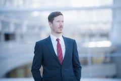 Porträt eines ernsten Mannes, der einen dunkelblauen Anzug trägt Stockfotografie