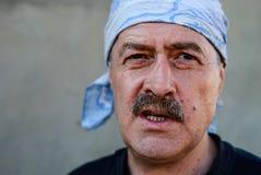 Porträt eines erwachsenen Mannes mit einem Verband auf seinem Kopf lizenzfreie stockbilder