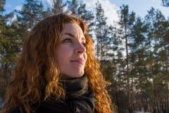 Porträt eines europäischen Mädchens des jungen schönen roten Haares, das weit schaut Lizenzfreies Stockbild
